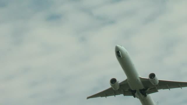 boeing 777 flugzeug abheben von toronto, ms - kanada stock-videos und b-roll-filmmaterial