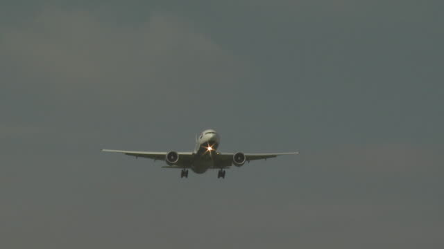 boeing 777 approaching gatwick airport, uk - commercial aircraft stock videos & royalty-free footage