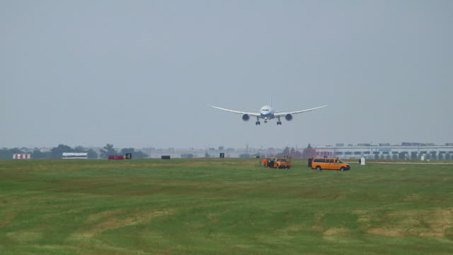 boeing 787 drealmiler lands/dfw international airport, dallas-fort worth, texas, usa - boeing 787 stock videos and b-roll footage