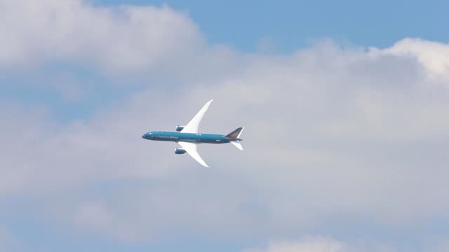 boeing co. b787-9 dreamliner, operated by vietnam airlines corp., performs a flying display on the opening day of the 51st international paris air... - aereo di linea video stock e b–roll