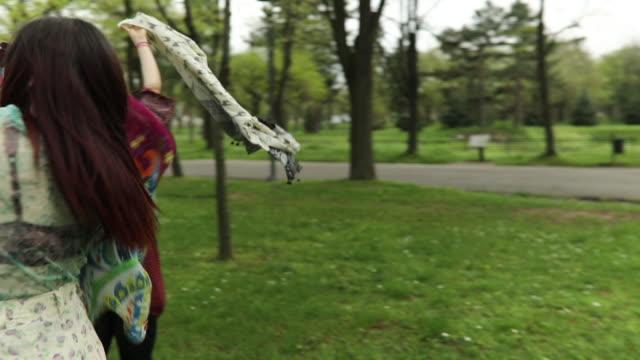 vídeos de stock, filmes e b-roll de boho garotas dançando com cachecol - cabelo verde