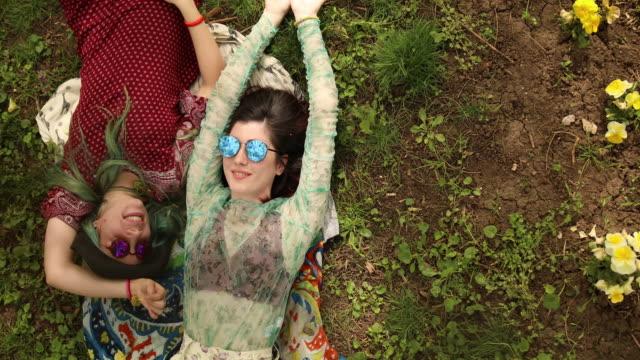 vídeos de stock, filmes e b-roll de meninas de boho deitado na grama e apreciar - cabelo verde
