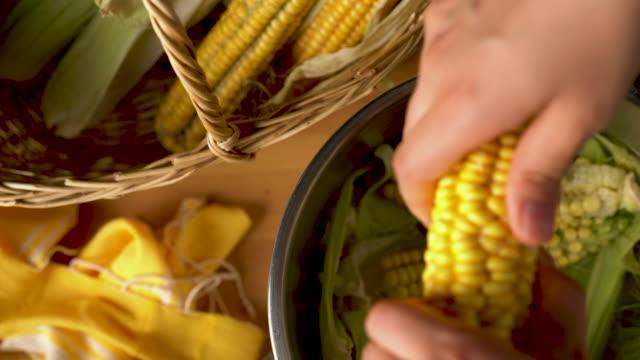 vídeos y material grabado en eventos de stock de maíz hervido en la mazorca - hervido