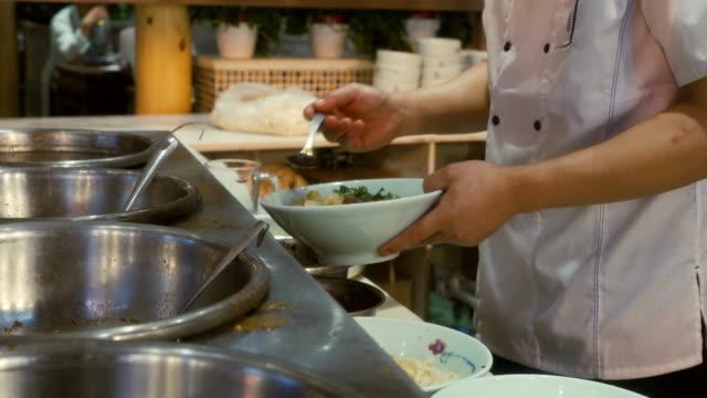 vídeos de stock, filmes e b-roll de macarrão cozido no mercado noturno - sala de jantar