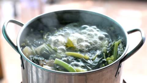 vídeos y material grabado en eventos de stock de vegettables cocido en la olla - hervir