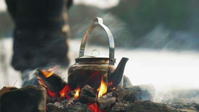kokande kaffe vid lägerelden på vintern - vedbrasa bildbanksvideor och videomaterial från bakom kulisserna