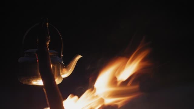kochen kaffee am lagerfeuer - spiegelung stock-videos und b-roll-filmmaterial