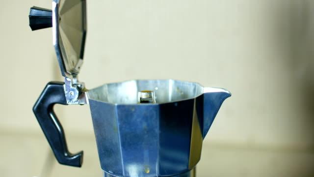 Kochende Kaffeekanne beim Brauen