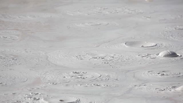 vídeos y material grabado en eventos de stock de hd ebullición mud olla de yellowstone - lodo