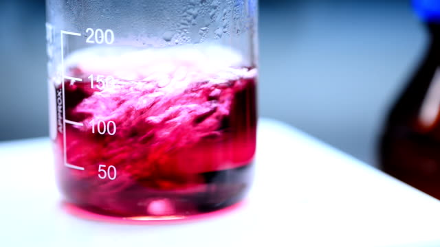 bollente rosso liquido nel becher - becher video stock e b–roll