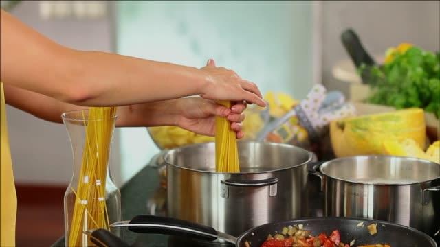 vídeos de stock e filmes b-roll de boiling spaghetti pasta - macarrão alimento básico
