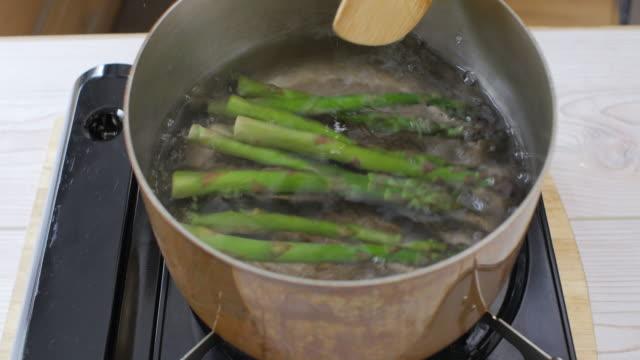 kochendem Wasser kochen frische Spargel
