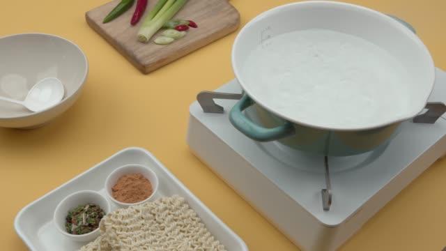 vídeos de stock e filmes b-roll de boiling water for making ramyun (korean instant noodle) - linha ondulada