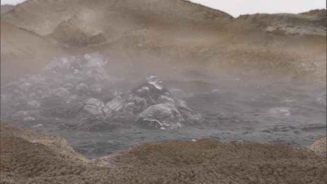 vidéos et rushes de boiling water splashes in hot spring, yellowstone, usa - spring flowing water
