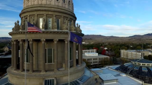 vídeos y material grabado en eventos de stock de sobrevuelo de bandera del edificio del capitolio de boise - edificio de ayuntamiento local