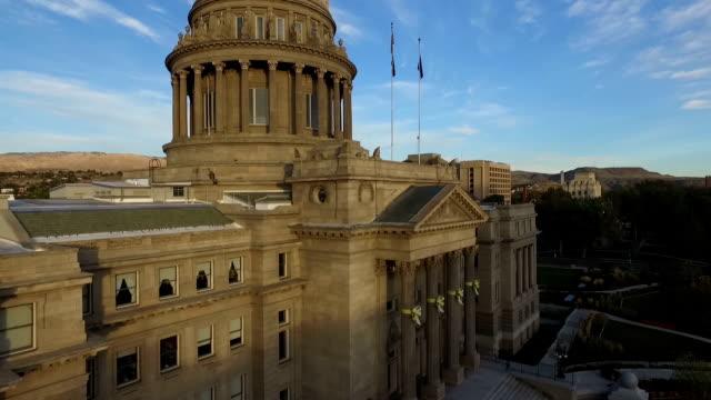 vídeos de stock e filmes b-roll de boise state capitol building rise - edifício do governo local