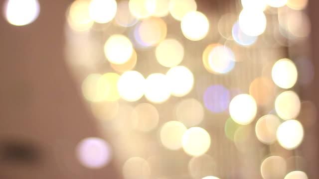 vídeos de stock, filmes e b-roll de luzes de bokeh (desfoque de fundo) - desfocado foco