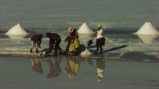 bolivia : close up on men working in the desert of salar of uyuni - bolivien stock-videos und b-roll-filmmaterial