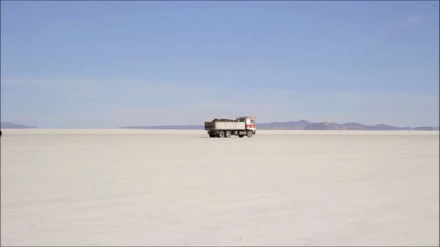 vídeos y material grabado en eventos de stock de bolivia has signed a contract with a german firm to design a lithium carbonate plant in the salar de uyuni, the world's largest salt flats. -heavy... - var