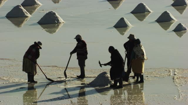 bolivia : men working in the desert of salar of uyuni - ウユニ塩湖点の映像素材/bロール