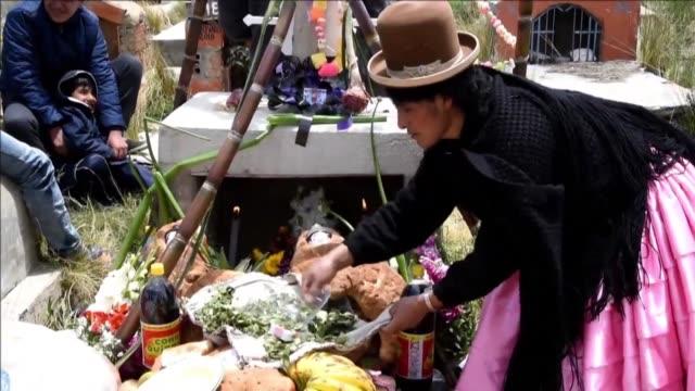 vídeos de stock e filmes b-roll de bolivia se reencontro el lunes con sus muertos bajo la creencia popular de que estos vuelven del mas alla el 1 de noviembre para una rapida visita - bailar