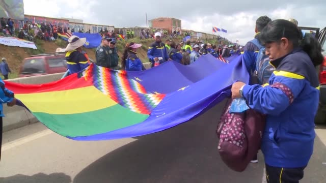 vídeos de stock e filmes b-roll de bolivia unfolds a 200km flag linking the city of la paz with oruro to symbolically mark the maritime lawsuit against chile which starts on march 19... - la paz bolívia