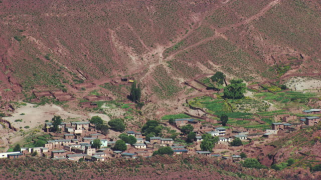 bolivia : wide plan of a village in the mountain - ボリビア点の映像素材/bロール