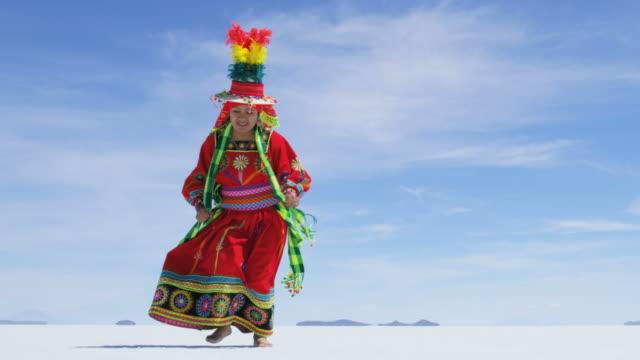 bolivian dance performed by female salar de uyuni - indianischer abstammung stock-videos und b-roll-filmmaterial