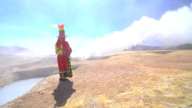 vídeos de stock, filmes e b-roll de bolivian female by geothermal hot springs national reserve - adereço de cabeça