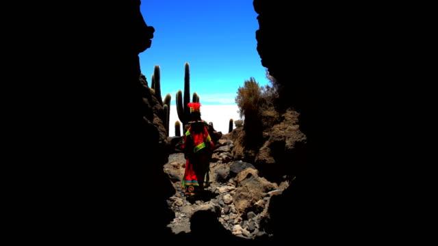 vídeos de stock, filmes e b-roll de bolivian female traditionally dressed desert cactus plateau bolivia - adereço de cabeça