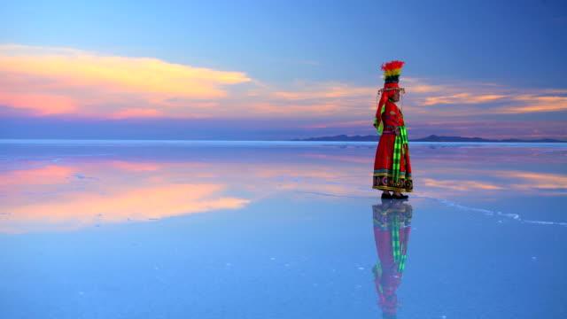 bolivian woman at sunrise in traditional national clothing - ornamento del capo video stock e b–roll