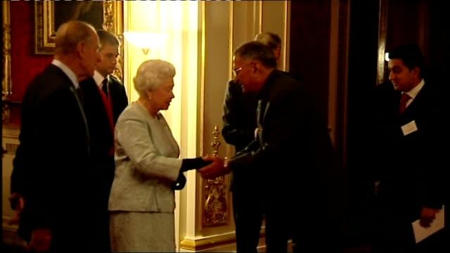 vídeos de stock e filmes b-roll de bollywood peformance at buckingham palace various views of queen greeting guests and performers including actors sanjeev bhaskar and meera syal - meera syal