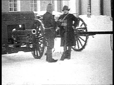 bolshevik soldiers on guard in winter / st petersburg russia - sankt petersburg stock-videos und b-roll-filmmaterial