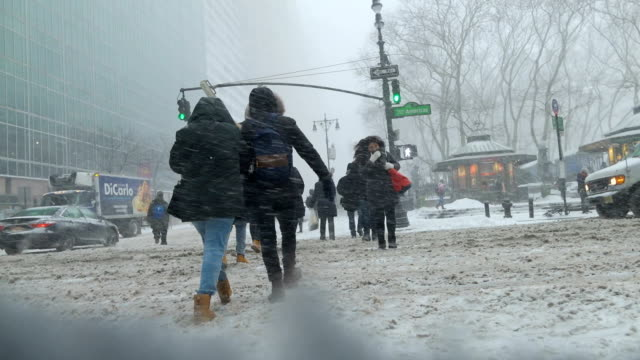 vidéos et rushes de bomb cyclone winter storm hits new york city and the rest of the northeast of the united states. times square, new york city, usa during the morning... - blizzard