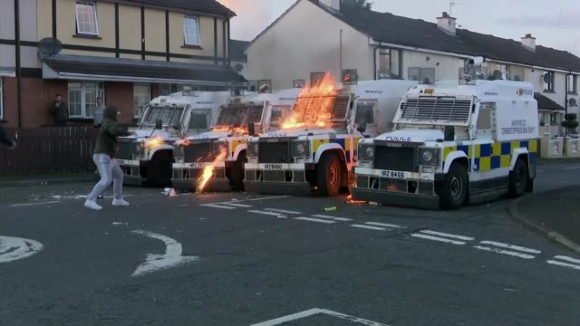 bomb discovered in londonderry was to be used to target police northern ireland derry ext dissidents throwing petrol bombs at police vans - ロンドンデリー点の映像素材/bロール