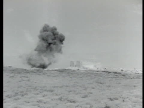 vídeos de stock, filmes e b-roll de bomb exploding ws artillery exploding in field ms soviet machine gunner firing from building rubble pile soviet russian soldiers running past burning... - 1943