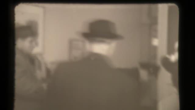 vídeos de stock e filmes b-roll de bomb scare, raid of building in united states, american security - fbi