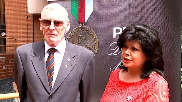 vídeos de stock e filmes b-roll de bomb sniffing labrador awarded posthumous dickin medal england london kensington town hall ext family of soldier l/cpl kenneth rowe arrives / pdsa... - town hall
