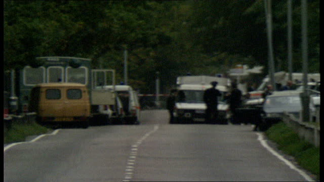 vídeos de stock, filmes e b-roll de 40 bomb squad officers and vehicles in distance on road london police with sniffer dogs along path mounted hampstead policeman towards and under... - moving activity
