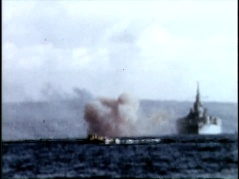 bombardment and invation of iwo jima - schlacht um iwojima stock-videos und b-roll-filmmaterial