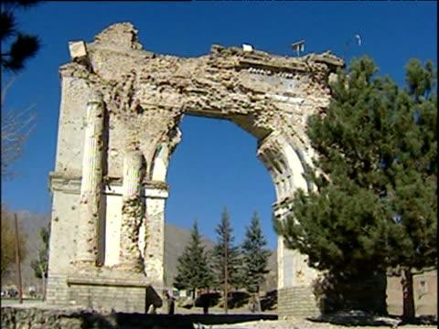 vidéos et rushes de bombdamaged triumphal arch in paghman war in afghanistan 2001 - guerre d'afghanistan : de 2001 à nos jours