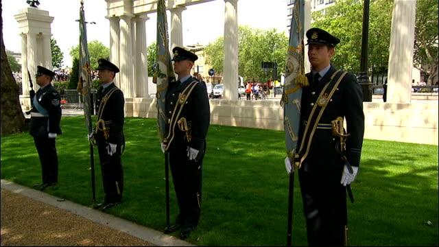 vídeos de stock, filmes e b-roll de bomber command war memorial unveiled by the queen england london green park ext various shots of memorial and veterans in the audience - parque green