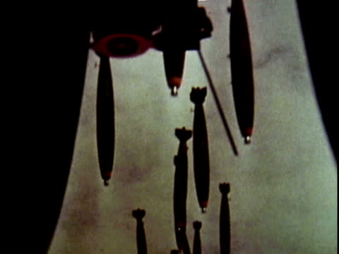 vidéos et rushes de bomber plane bay doors opening onto sky / cu plane dropping bombs / carpetbombing barrage of bombs falling large b52 bomber planes during vietnam war... - terrorisme