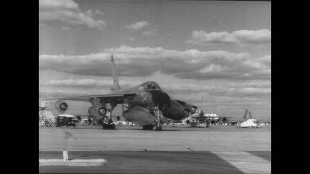 bomber takes off from tokyo / animated map tracks route / mid air fueling / plane lands in london / crew on ground milling about - 1963年点の映像素材/bロール