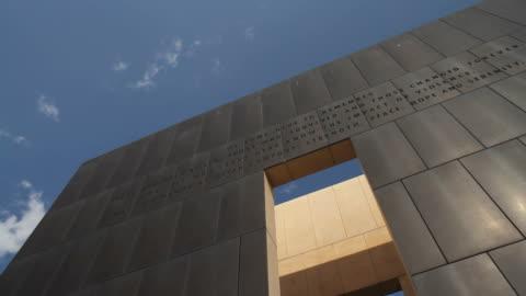 arena musicale okc memorial per le vittime dell'attentato - memorial video stock e b–roll