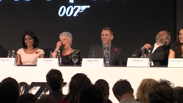 vídeos de stock, filmes e b-roll de bond 23 launch press conference skyfall london uk 11/03/11 event capsule clean bond 23 launch at corinthia hotel london on november 03 2011 in london... - james bond trabalho conhecido