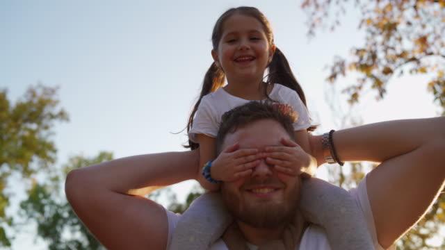 vídeos de stock e filmes b-roll de bond between father and daughte - carregar uma pessoa nos ombros