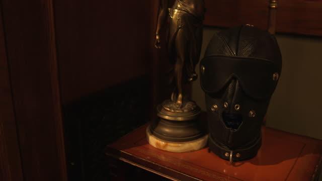 vídeos de stock, filmes e b-roll de bondage mask on nightstand, medium shot - roupa de fetiche