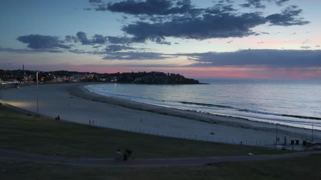 vídeos de stock, filmes e b-roll de bondi beach at dawn, sydney, new south wales, australia, pacific - praia de bondi