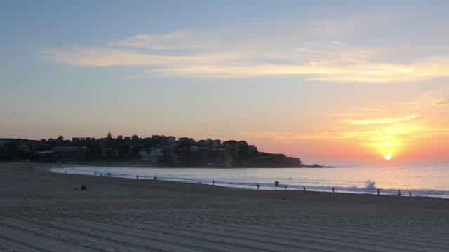 vídeos de stock, filmes e b-roll de bondi beach at sunrise, sydney, new south wales, australia, pacific - praia de bondi